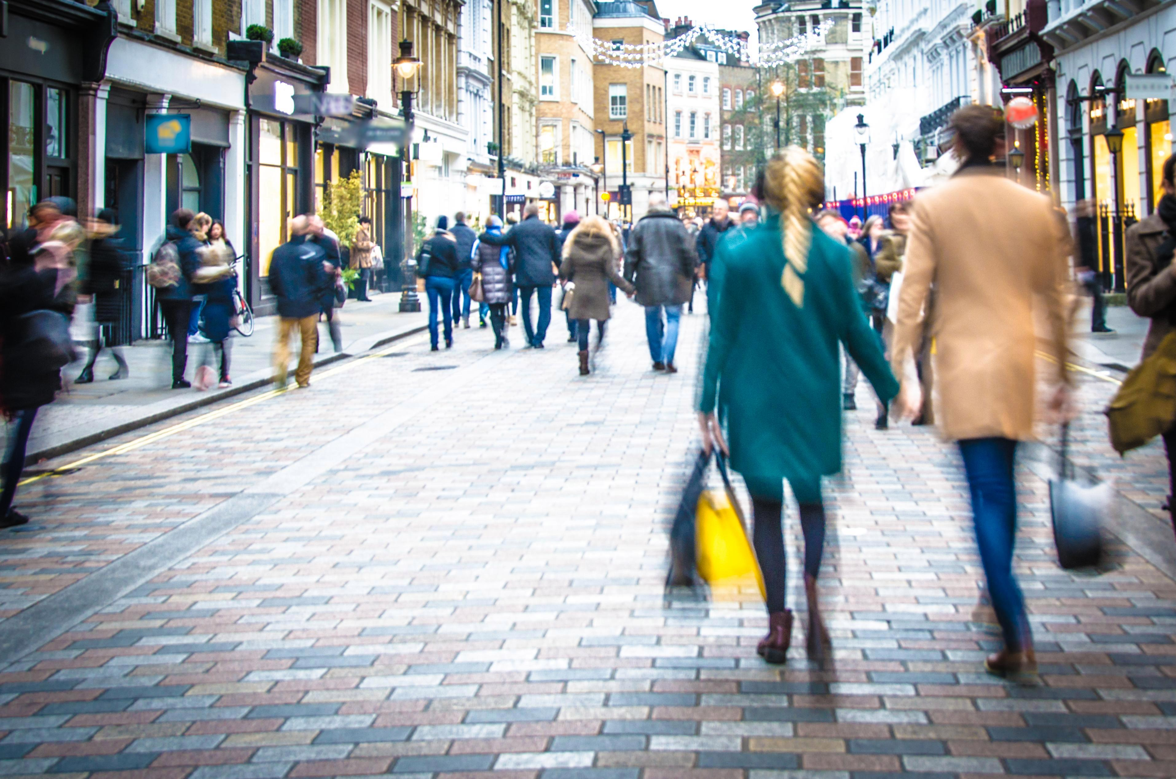 Desperate High Street giants slash 90% off prices attract last minute Super Saturday Christmas shoppers