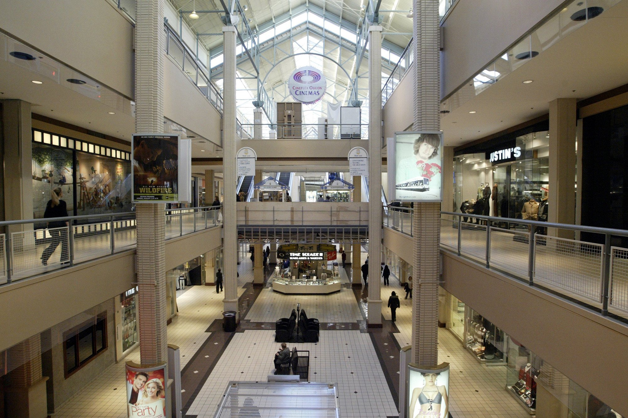 3 people shot in New Jersey shopping mall