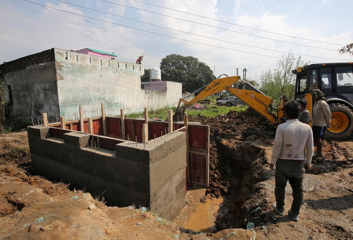 India builds bunkers to protect families along Pakistan border