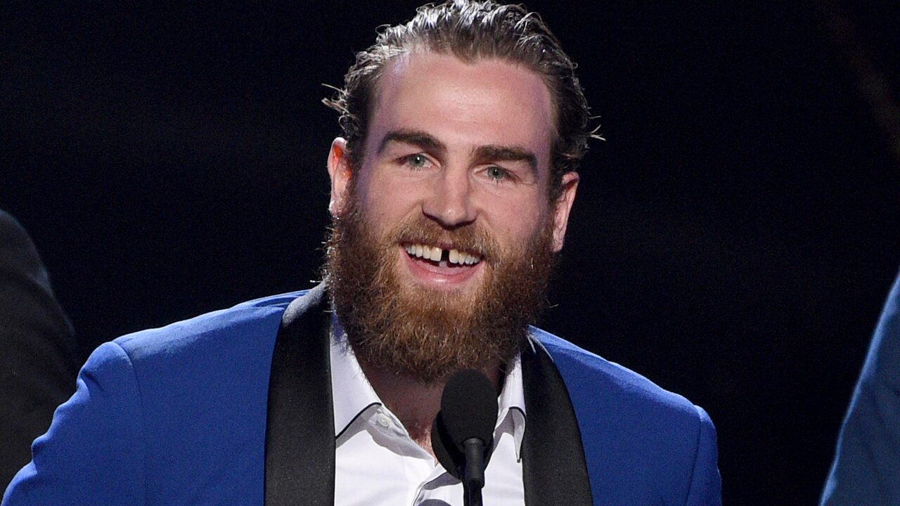St. Louis Blues' Ryan O'Reilly stuns ESPYs crowd by removing front tooth before acceptance speech